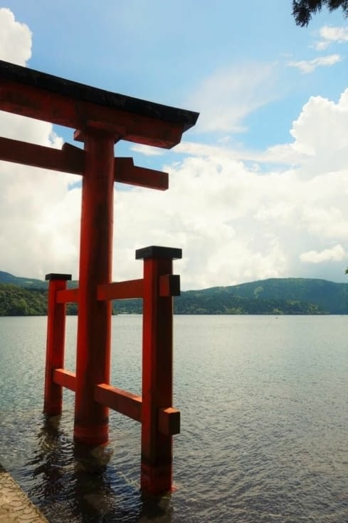 Torii donnant sur le lac / Torii in front of the lake