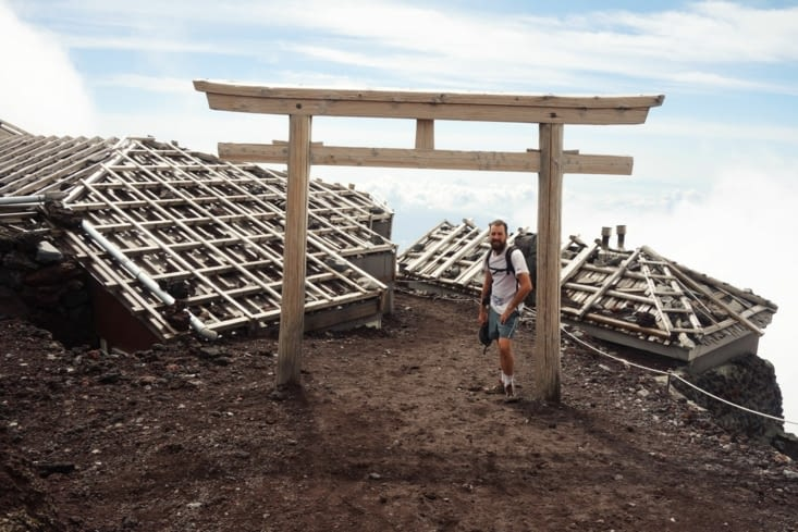 Un torii, une porte au somment du Mont /  A torii, a japanese door at the top of the Mount!
