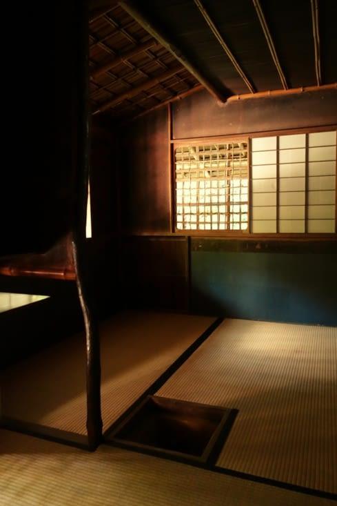 Salle du thé (le trou dans le sol servait à faire chauffer l'eau chaude) / Tea room (see the hole in the ground to boil the water)