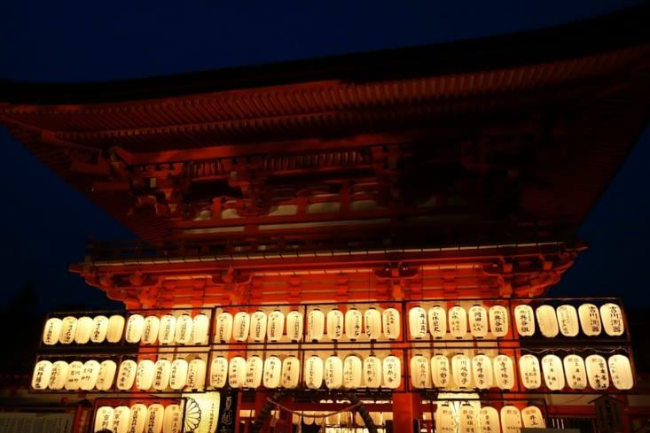 Temple éclairé de nuit / Night lighting in the temple