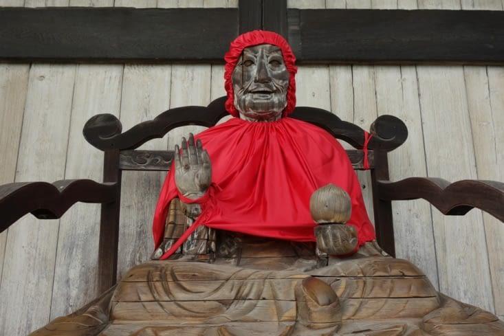 """Vous l'avez trouvé ! XD En fait, cette statue est celle d'un """"saint"""" / Here it is ! XD In fact this statue is the one of a god"""