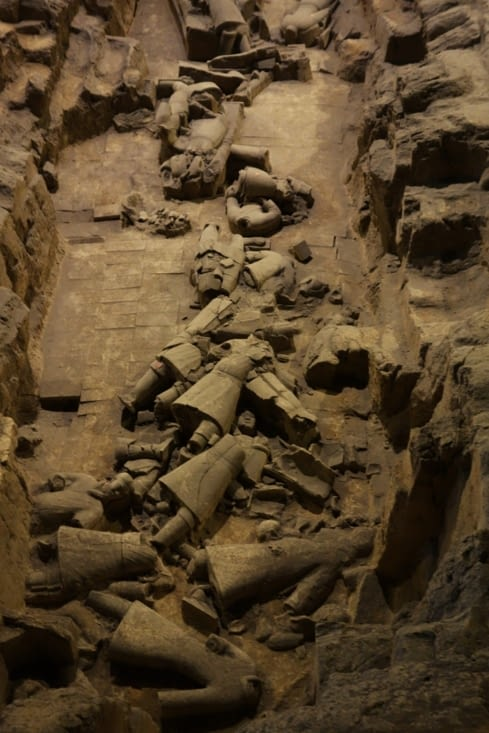 Etat des statues lors des fouilles / Status of the statues when they are unearthed