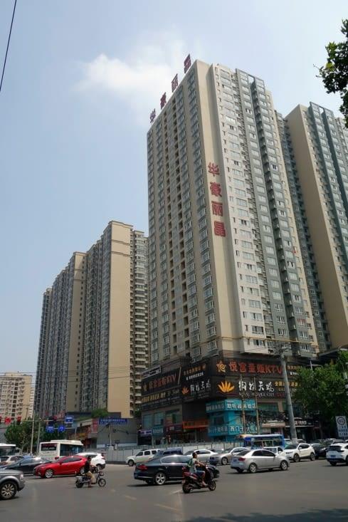 Notre hôtel, dans un appartement d'une barre d'immeubles / Our hotel, in a flat of a tall building