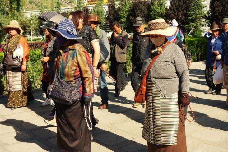 Croyants parcourant le Kora autour du Potala / Believers on the Kora around the Potala