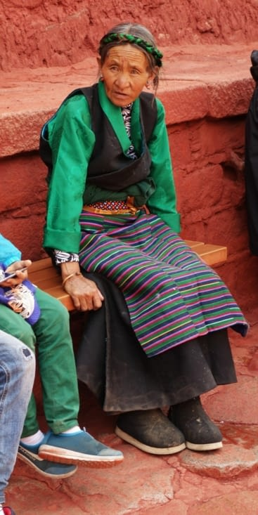 Femme en tenue traditionnelle / Women with traditional clothes