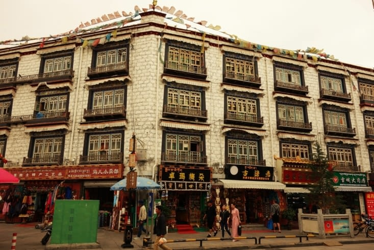 Maison tibétaine traditionnelle dans le vieux Lhassa / Traditional tibetan house in the old Lhasa