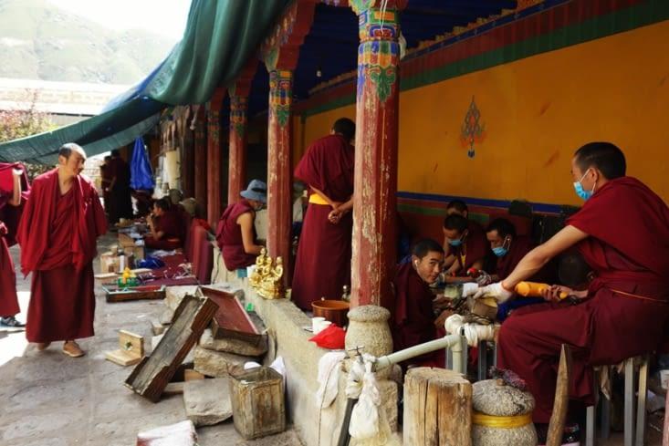 Moines au travail / Monks working