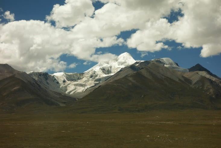 Montagnes enneigées sur le plateau Tibétain /  Snow-capped moutains on the Tibetan plateau