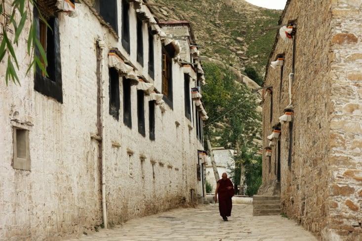 Ruelle dans le monastère / Narrow street in the monastery