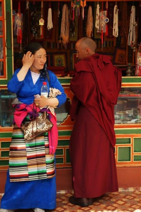 Un moine et une femme en tenue traditionnelle / A monk and a lady in traditional dress