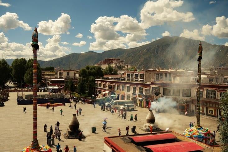 Vue sur la place devant le temple de Jokhang / View of the place in front of the Jokhang temple