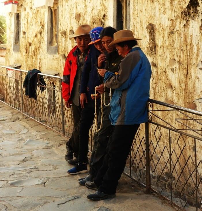 Croyants dans le monastère / Believers in the monastery