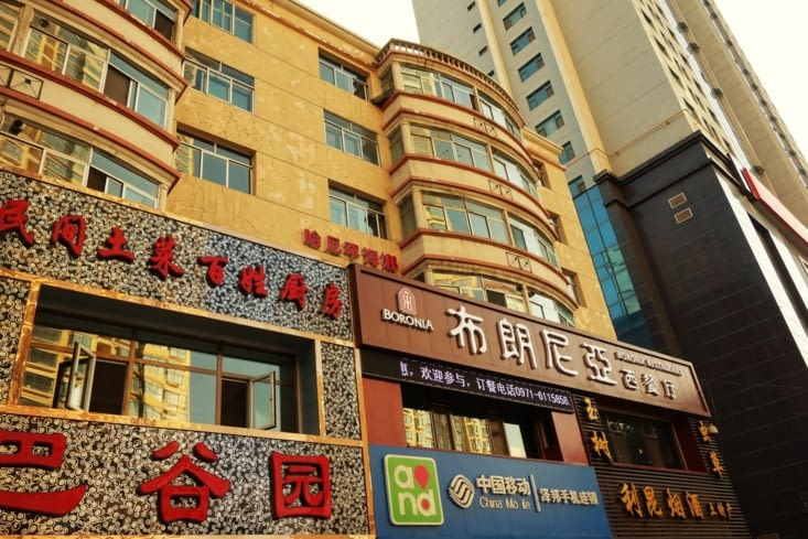 Immeubles dans la rue principale / Buildings in the main road