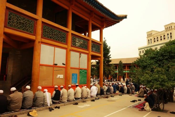 Les croyants s'installent tout autour de la mosquée / Believers are sitting all around the mosque