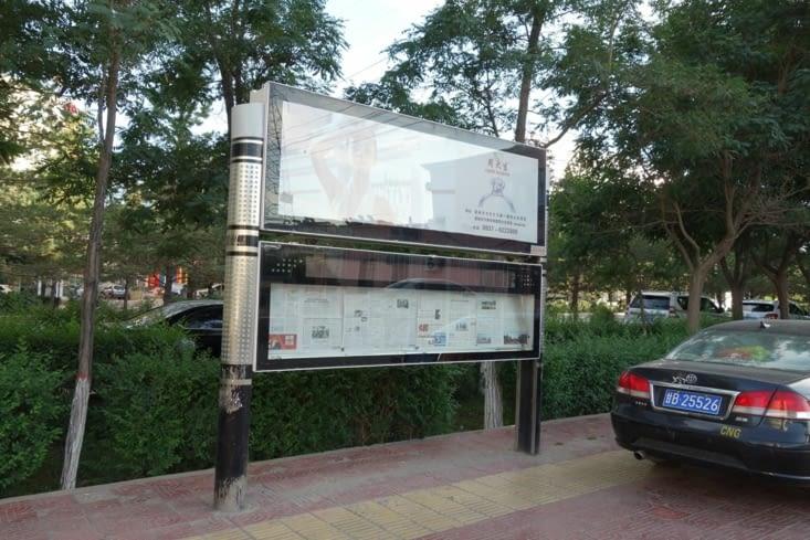 Le journal affiché dans la rue / Newspaper hanged in the street