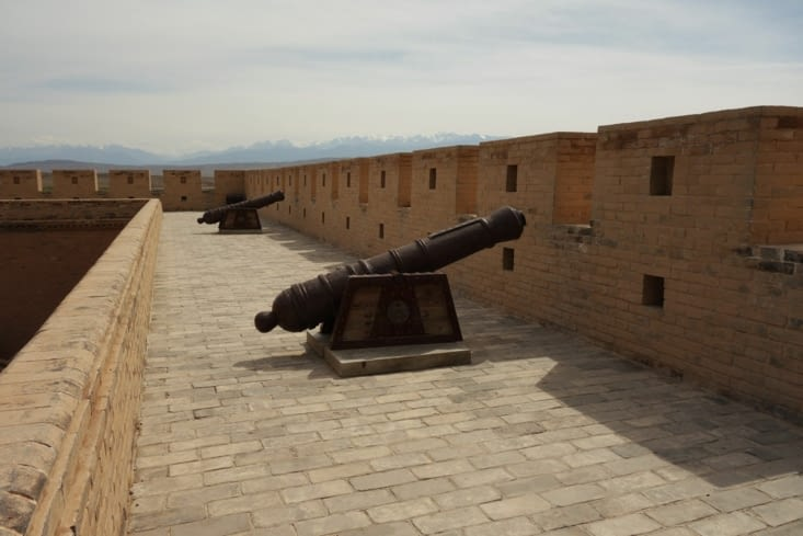 Sur la muraille, avec les montagnes en fond / On the Fort's wall, with the mountains in the back