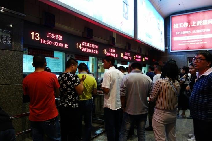 La queue au guichet des trains / Queue at the train station ticket office