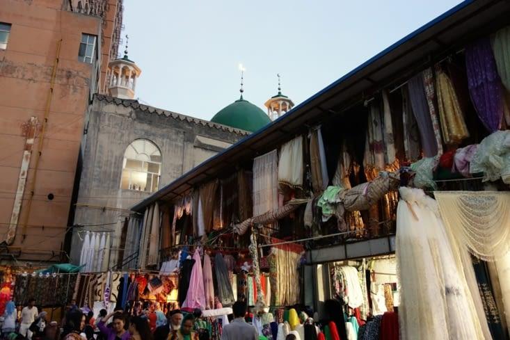 Marché de nuit (il fait jour jusqu'à 21h ici)/ Night market (there is daylight until 9:00 pm here)