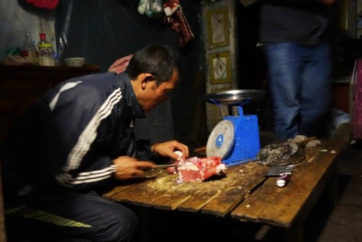 Les hommes préparent notre repas / Men cooking our meal