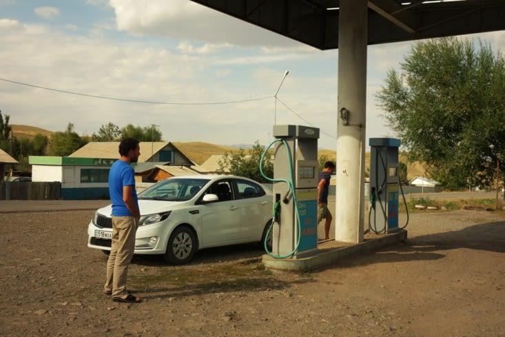 Arrêt à la station service / Stop at the gas station