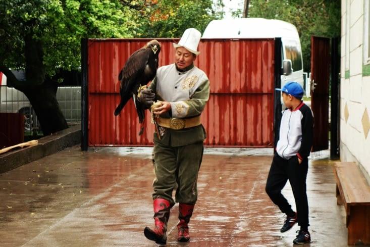 L'aigle et son propriétaire / The eagle and its owner