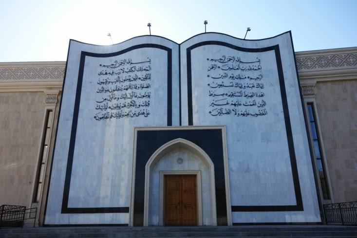 Façade d'une mosquée en forme de livre / Mosque frontage like a book