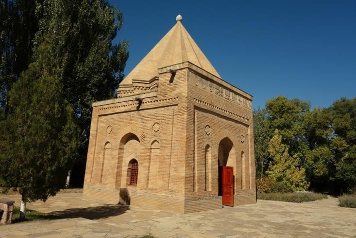Dans l'enceinte du mausolée d'Aisha-bibi / In the Aisha-bibi mausoleum's enclosure