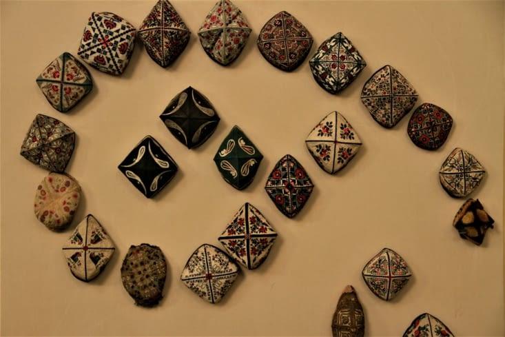 Chapeaux traditionnels ouzbeks disposés en forme d'amande/ Traditional hats disposed in an almond's shape