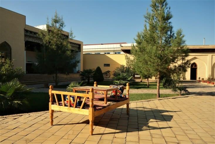 Dans la cour de l'atelier / In the courtyard of the workshop