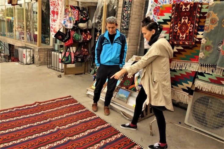 Auken pendant l'achat d'un tapis / Auken buying a carpet
