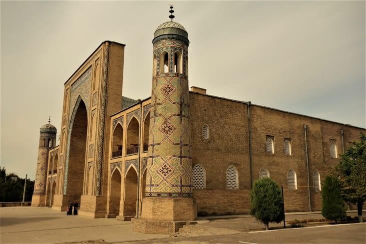 Une mosquée vers le bazar Chorsu / A mosque near the Chorsu Bazaar