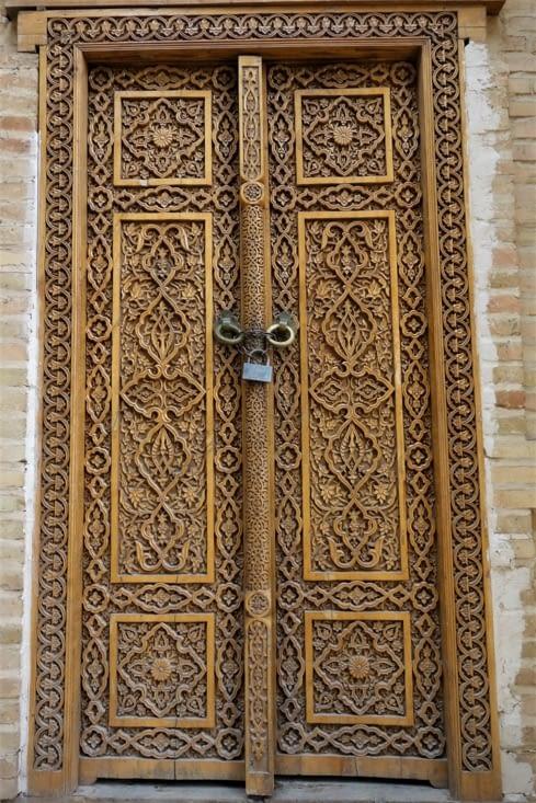 Porte sculptée / Carved door