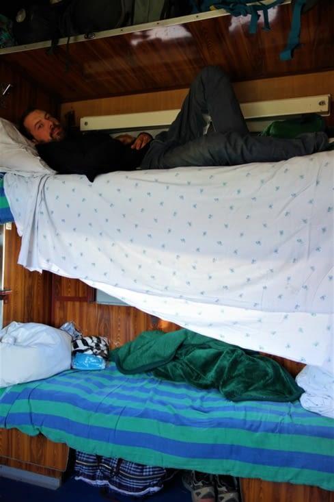 Perché dans son lit ! / Perched on his bed !
