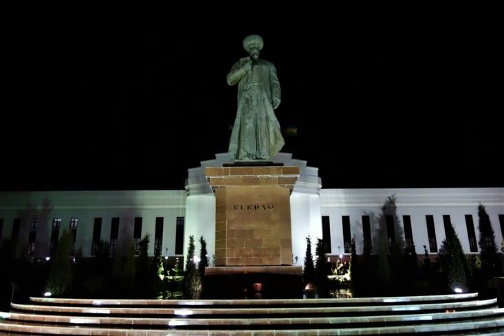 La statue de Berdakh / Statue of Berdakh