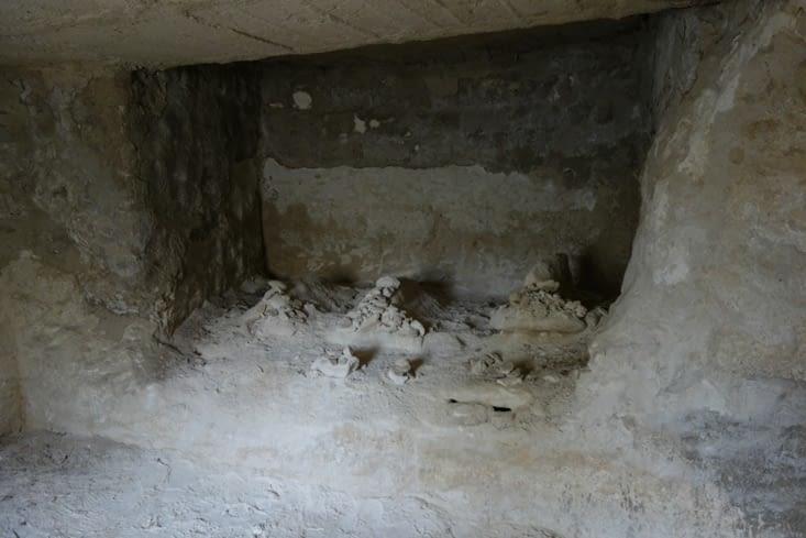 Pièce taillée dans la roche / Room carved in stone