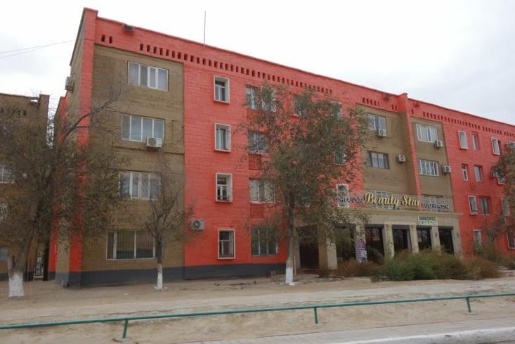 Batiment soviétique repeint / Painted Soviet type building