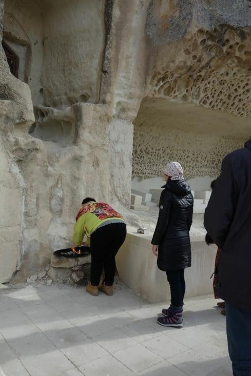 Devant la mosquée souterraine / Underground mosque entrance