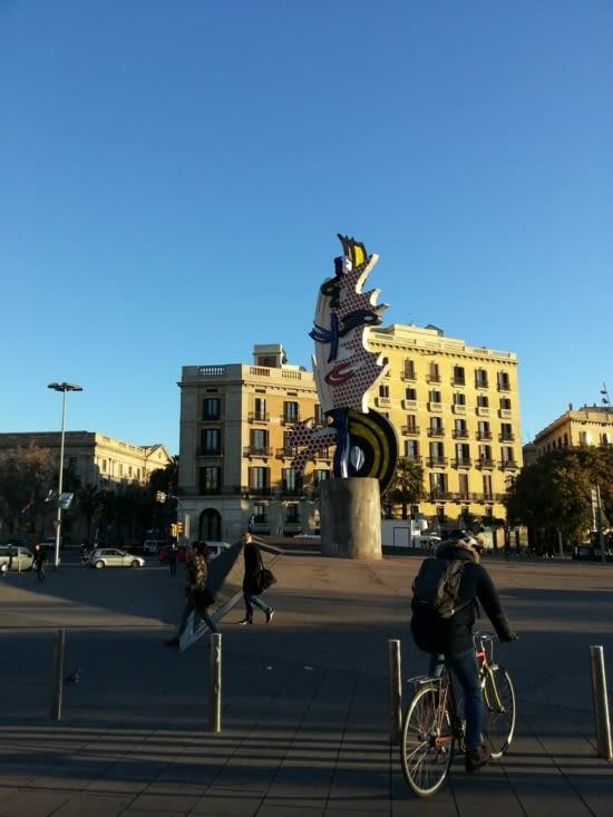 Une sculpture symbolise le le lien de Barcelone avec la mer