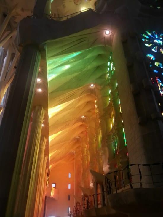 A l'intérieur, les vitraux baignent la basilique d'une lumière chaude