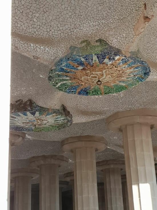 Le plafond du marché couvert resplendit dans le soleil matinal