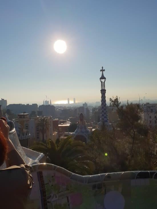 On domine la ville de Barcelone, baignée de soleil