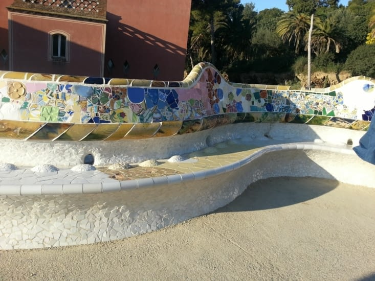 Sur l'esplanade, la ballustrade est aussi un banc très confortable, et magnifique