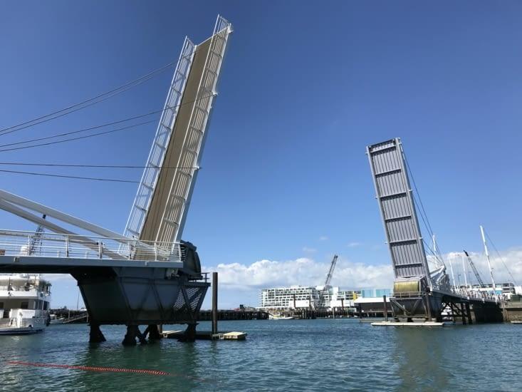 Le pont levis relevé pour laisser passer les bateaux vers la Marina