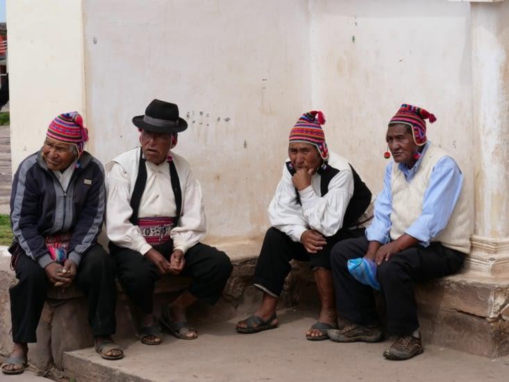 Les anciens du village autour de la Plaza de Armas