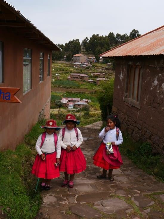 Petites filles qui rentrent de l'école