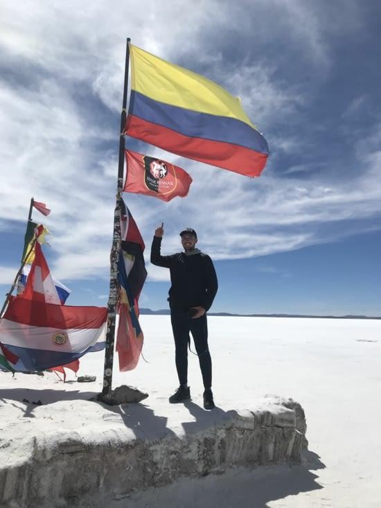 le drapeau du stade rennais au milieu du désert bolivien