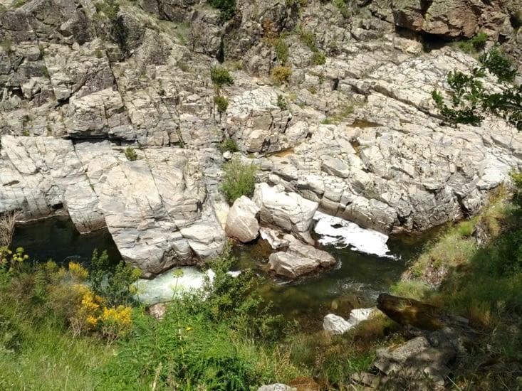 Après la Drôme, le Rhône, l'Allier, le Lot voici le Tarn, tout au fond qui caracole