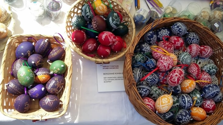 Oeufs de Pâques peints et gravés à la main