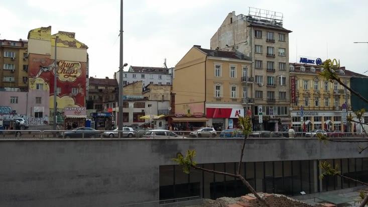 La rue et les vestiges romains surgissant partout des sous-sols