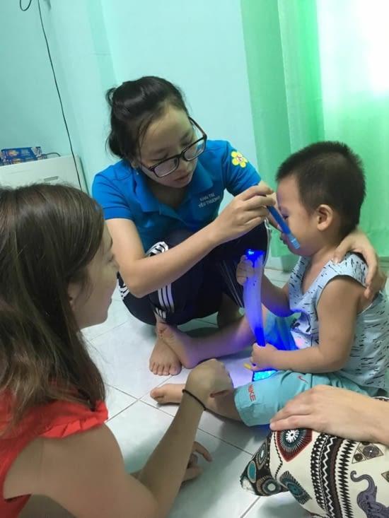 L'enseignante de Vuong Khang tente sa première Rééducation
